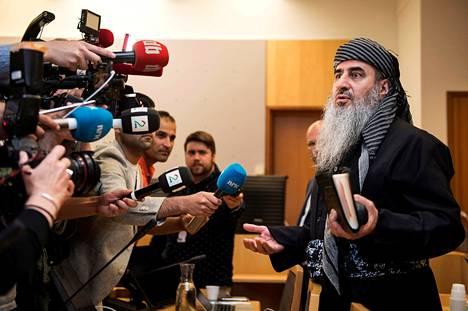 Mullah Krekar puhui medialle Oslon käräjäoikeudessa heinäkuussa 2019. Islamistisaarnaaja tuomittiin Norjassa viiden vuoden vankeustuomioon tappouhkauksista.