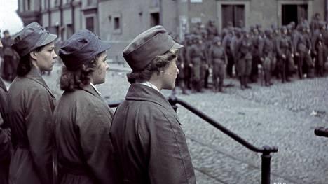Tutkimuksen mukaan traumaattiset kokemukset vaikuttivat lottien lastenhankintaan. Kuva on Viipurin valtausparaatista elokuun lopussa 1941.