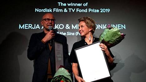Ohjaaja Mika Ronkainen (vas.) ja käsikirjoittaja Merja Aakko palkittiin Göteborgissa.