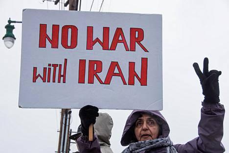 """""""Ei sotaa Iranin kanssa"""", totesi ohiolainen mielenosoittaja kyltissään viime tammikuussa sen jälkeen kun Yhdysvallat oli surmannut ohjusiskulla iranilaiskenraali Qassim Suleimanin."""
