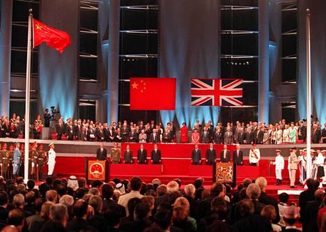 Kiinan lippu liehui Hongkongin luovutusseremoniassa kesällä 1997 sen jälkeen kun Britannian lippu oli laskettu alas.