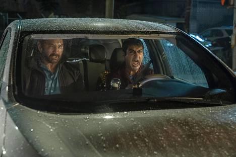 Vic (Dave Bautista) ja Stu (Kumail Nanjiani) matkaavat jälkimmäisen sähköautolla Kimppakyytikytissä.