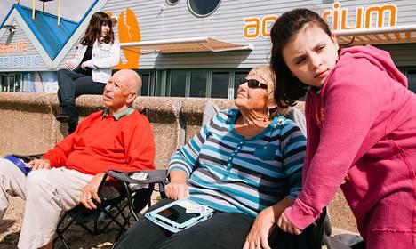 Christine ja Terry Garrett viettivät päivää lastenlapsensa Meadowin (vas.) ja Edien kanssa Southend-on-Sean rantabulevardilla torstaina.