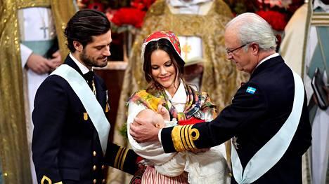 Prinssi Carl Philip ja prinsessa Sofia toivat poikansa prinssi Gabrielin kasteelle Drottningholmin kappeliin. Oikealla kuningas Carl Gustav.