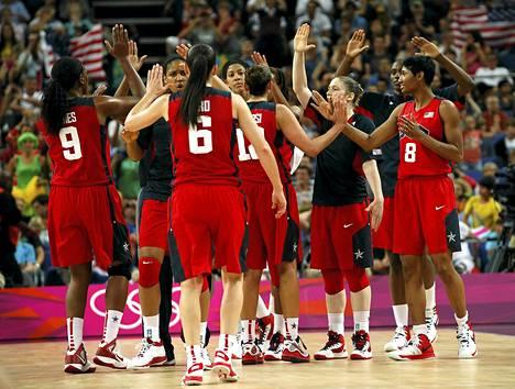 Yhdysvaltain pelaajat juhlivat loppuottelupaikkaa naisten koripallossa.