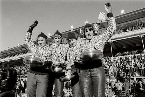 Immon enkelit juhlivat viestikultaa Lahden stadionilla vuonna 1978.