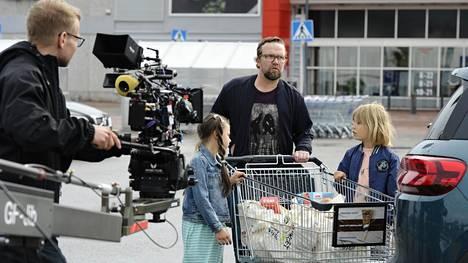 Kesäkuun alussa Tammiston Citymarketin parkkipaikalla kuvattiin kohtauksia Yösyöttö-elokuvan jatko-osaan Tarhapäivään. Päärooleissa näyttelevät Petteri Summanen sekä lapset Ellen Herler (vas.) ja Olavi von Bagh.