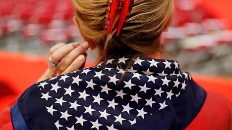 Yhdysvaltain tähtilipusta tutut kuviot koristavat naisen vaatetusta republikaanien puoluekokouksessa.