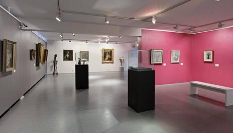 Yleiskuvaa Riihimäen taidemuseon tämänhetkisestä näyttelystä jossa on esillä kokoelmateoksia.