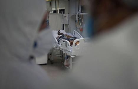 Koronaviruspotilaita hoidettiin täydessä suojavarustuksessa brasilialaisessa sairaalassa Rio de Janeirossa 27. toukokuuta. Brasiliassa koronaviruksen intialainen muunnos on nostanut tartuntatapauksia entisestään.