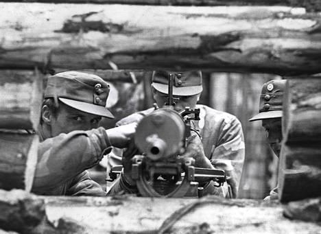 Uudenmaan rakuunapataljoonan varusmiehet kunnostivat Salpalinjan konekivääripesäkettä vuonna 1982.