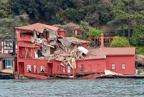 Laivan törmäys tuhosi Bosporinsalmen varressa olevan puisen kartanon yläkerrokset lähes kokonaan.