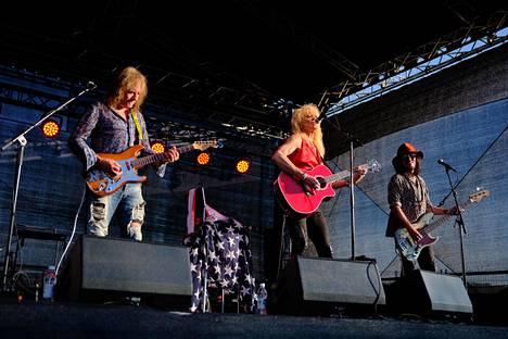 Costello Hautamäki (vas.), Michael Monroe ja Sami Yaffa esiintyivät Allas Sea Poolilla Helsingissä.