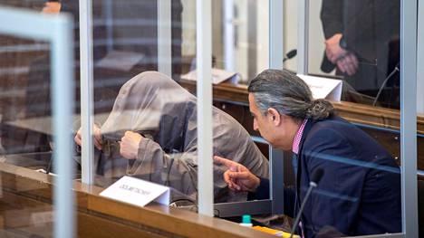 Toinen syytetyistä piiloutui hupun alle oikeudenkäynnissä Saksan Koblenzissa torstaina.