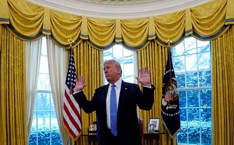 """Yhdysvaltain presidentti Donald Trump jakoi """"valeuutispalkinnot"""". Kuvassa Trump Valkoisessa talossa uutistoimisto Reutersin haastateltavana 17. tammikuuta 2018."""