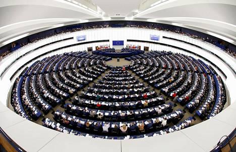 Euroopan parlamentin jäsenet äänestivät Strasbourgissa helmikuun puolivälissä. Kuva on otettu laajakulmalinssillä.