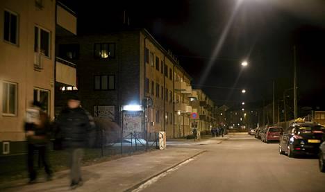 Illan pimetessä Rasmusgatanilla alkaa huumekauppa.