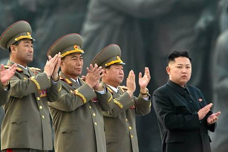 Pohjois-Korean johtaja ja maan sotilasjohto seurasivat maan entisten johtajien Kim Il-Sungin ja Kim Jong-Ilin patsaiden julkistamista Pjonjangissa lauantaina.