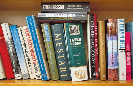 Poliitikon mökkihyllyssä Sippolassa on kirjoja toisista poliitikoista.