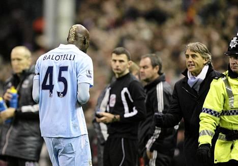 Manchester Cityn Mario Balotelli ajettiin kentältä Liverpool-ottelussa.