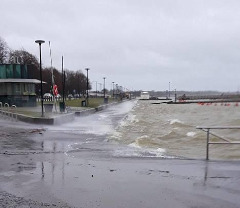 Ehrenströmintien rantaraitti oli veden vallassa viime lauantaina. Kuva on lukijan ottama.