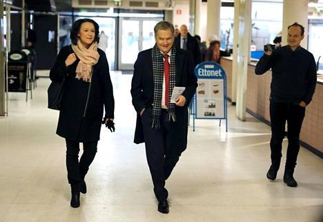 Presidentti Sauli Niinistö ja rouva Jenni Haukio kävivät äänestämässä presidentinvaalien ennakkoäänestyksen toisena päivänä Munkkivuoren postissa.