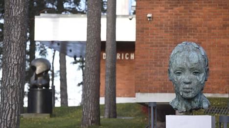 Didrichsenin taidemuseo Helsingin Kuusisaaressa avautui maanantaina 25. tammikuuta tauon jälkeen. Kuvassa Henry Mooren pronssiveistos Atom Piece (vas.) ja Lionel Smitin Assemble -veistos.