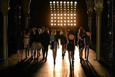 Mallit esittelevät Saint-Laurentin syksyn ja talven mallistoa maanantaina Pariisissa.