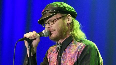 Pekka Myllykoski ja Freud, Marx, Engels & Jung -yhtye esiintyivät Pop-Finlandia -konsertissa Jäähallissa 6. joulukuuta 2001.