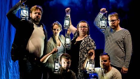 Juha Hostikka (vas.), Anu Hostikka, Joonas Asikainen, Päivi Nisula, Jussi Salonen ja Nicholas Söderlund esiintyvät Der Kaiser von Atlantis -oopperassa.