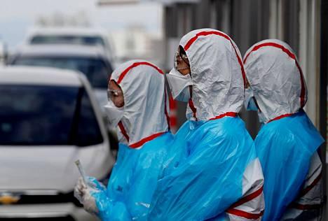 Hoitajat odottivat potilaita koronaviruksen testauspaikalla Etelä-Korean Daegussa.