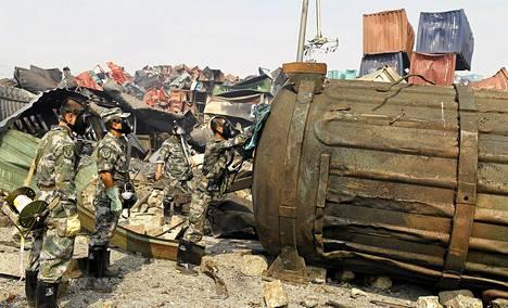Kaasunaamarein ja kumihanskoin suojautuneet kiinalaissotilaat tutkivat säiliötä Tianjinin kaupungissa Kiinassa. Keskiviikkona Binhain kaupunginosassa tapahtui valtava räjähdysonnettomuus. Alueella säilytettiin myrkyllisiä kemikaaleja.
