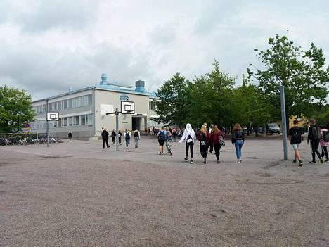 Koululaisia matkalla porvoolaiseen Linnajoen kouluun viime elokuussa.