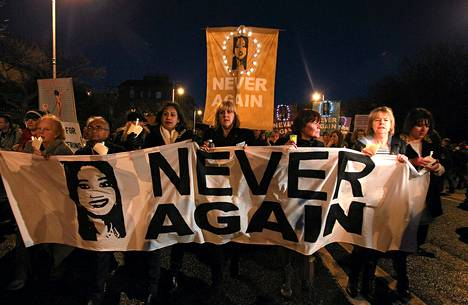 Ei enää koskaan, luki mielenosoittajien kantamassa banderollissa.