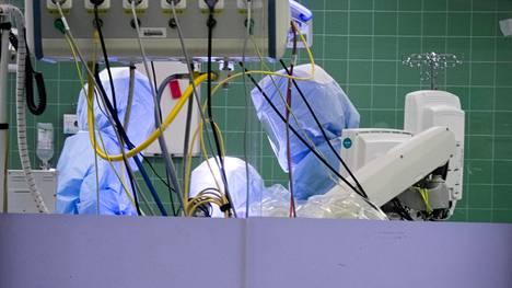 Peijaksessa tehtiin leikkausta tammikuussa. Apotti näyttää haastateltujen mukaan erilaiselta eri työrooleissa ja yksiköissä, siis kun vaikka sama lääkäri tutkii saman potilaan tietoja päivystyksessä, leikkaussalissa ja osastolla.