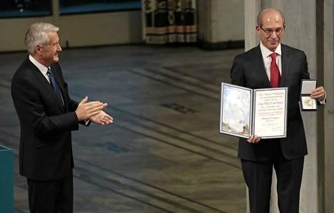 Norjan Nobel-komitean puheenjohtaja Thorbjørn Jagland luovuttiNobelin rauhanpalkinnon juhlaseremoniassa Kansainväliselle kemiallisten aseiden kieltojärjestön pääsihteerille Ahmet Üzümcülle tiistaina.