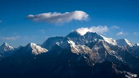 Helmikuussa vuorikiipeilyryhmät joutuivat hylkäämään aikeensa nousta Mount Everestille lumisateiden ja lumivyöryjen takia.