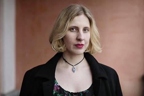 Anu Kaaja purkaa voittoisassa teoksessaan luokkanousua esitteleviä tuhkimotarinoita ja median naiskuvia.