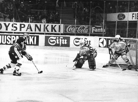 Jokereiden Jorma Peltonen yritti keväällä 1981 maalintekoa ohi TPS:n Jim Bedardin ja Timo Nummelinin, joilla työjako näytti menneen hieman sekaisin.