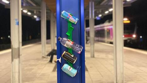 Can-Caddy testikäytössä juna-asemalla. Tyhjät tölkit voi helposti painaa kiinni pidikkeeseen.