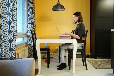 Kotitoimistossa on harvoin konttorituolia tai säädettävää pöytää. Pienillä muutoksilla työpisteestä saa kuitenkin ergonomisemman.