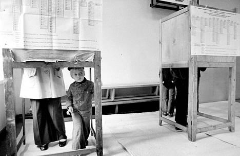 Kansalaisia äänestyskopissa vuoden 1975 eduskuntavaaleissa.