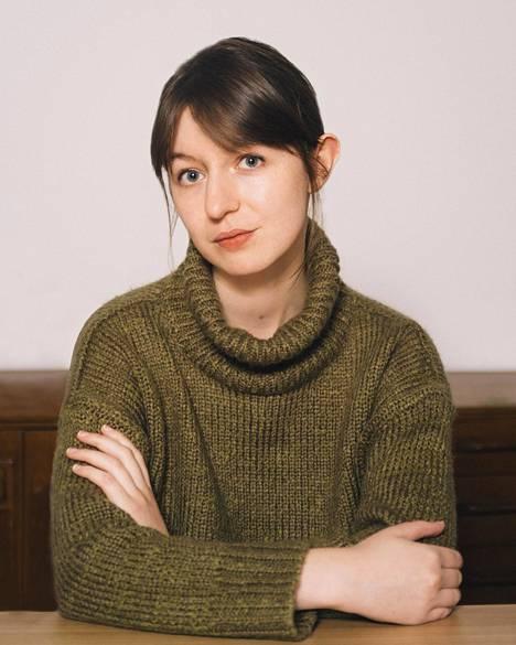 Sally Rooneyta on usein verrattu osuvasti Jane Austeniin, joka tarkasteli rakkautta, avioliittoa ja naisen asemaa aineellisina kysymyksinä.