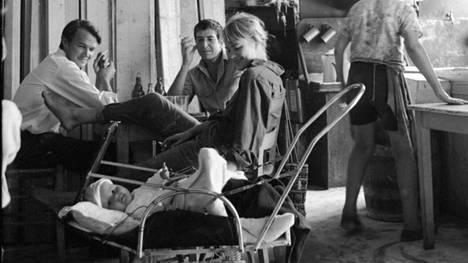 Axel Jensen vanhempi (vas.), Leonard Cohen sekä Marianne Ihlen (tuolloin Jensen) viettivät aikaa yhdessä Hydran saarella Kreikassa lokakuussa 1960. Vaunuissa on Jenseneiden poika Alex Jensen Juniori.