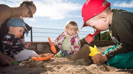 Julia Kuismin-Raerinne ja vietti lastensa Leon, Adan ja Joan kanssa kesäpäivää Tokoinrannan puistossa Helsingissä.