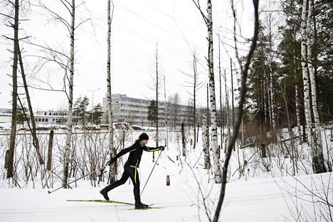 Nurmijärvellä asuva Poppis Suomela on hiihtänyt pitkin pääkaupunkiseutua.