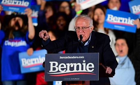 Bernie Sanders puhui kannattajilleen Las Vegasissa perjantaina.