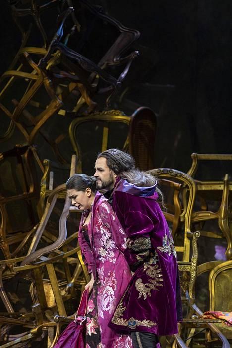Tamuna Gochashvili ja Tuomas Pursio Don Gionvanni -oopperassa.