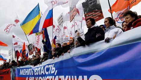 Yli 22 000 ihmistä osallistui lauantaina Moskovassa oppositiopoliitikko Boris Nemtsovin muistomarssille, jolla osoitettiin myös mieltä presidentti Vladimir Putinin ajamaa perustuslain muutosta vastaan.