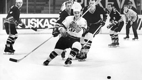 """Matti """"Mölli"""" Keinonen jallitti Tšekkoslovakian pelaajia vuonna 1966."""